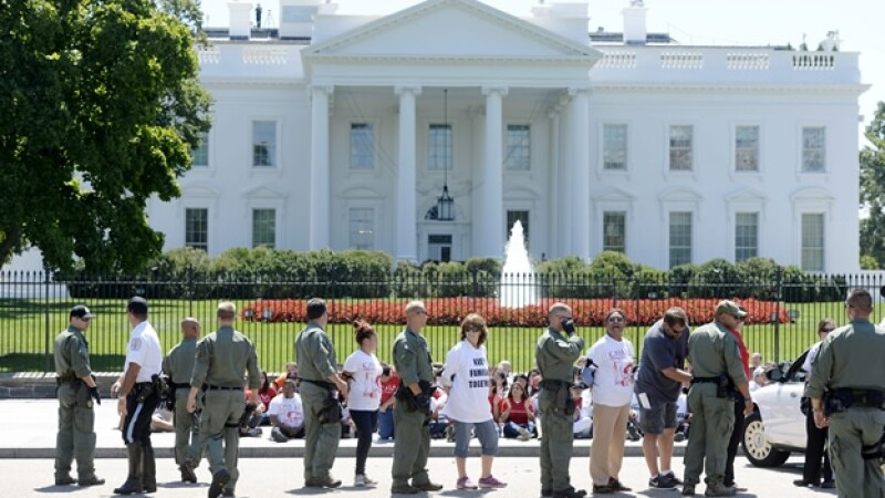 Unas activistas son arrestadas afuera de la Casa Blanca luego de solicitar una reforma migratoria para millones de personas