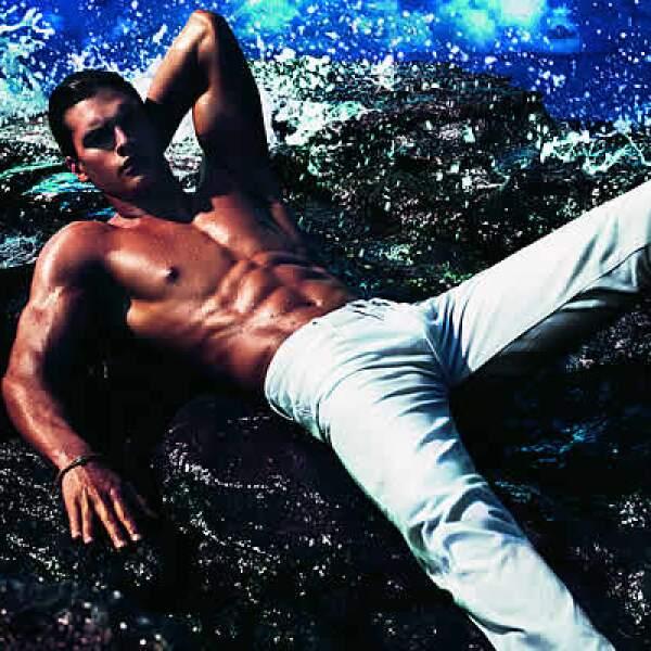 La propuesta masculina propone un corte reconstruido y único para los jeans en colores puros, con un estilo casual y urbano.