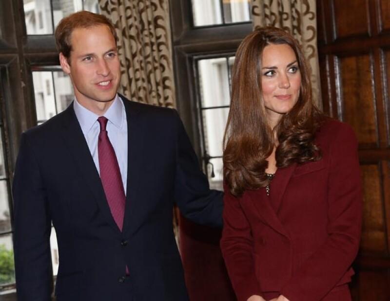 La Duquesa de Cambridge, quien acompañó al príncipe Guillermo al Middle Temple en Londres, portó un conjunto color ladrillo del diseñador Paule Ka con gruesas medias negras y zapatos de tacón.