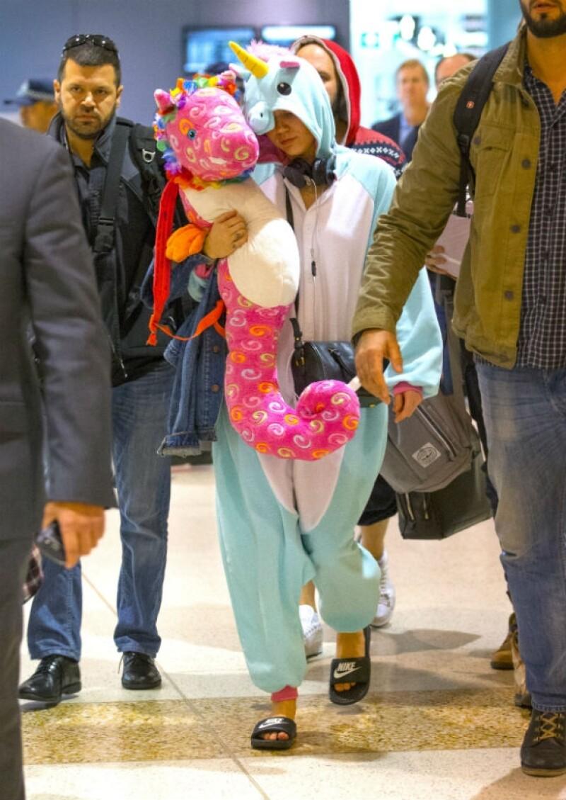 Después de una noche de concierto y fiesta en Australia, la cantante se preparaba para tomar su próximo vuelo, llamando la atención de los paparazzi con su particular pijama.