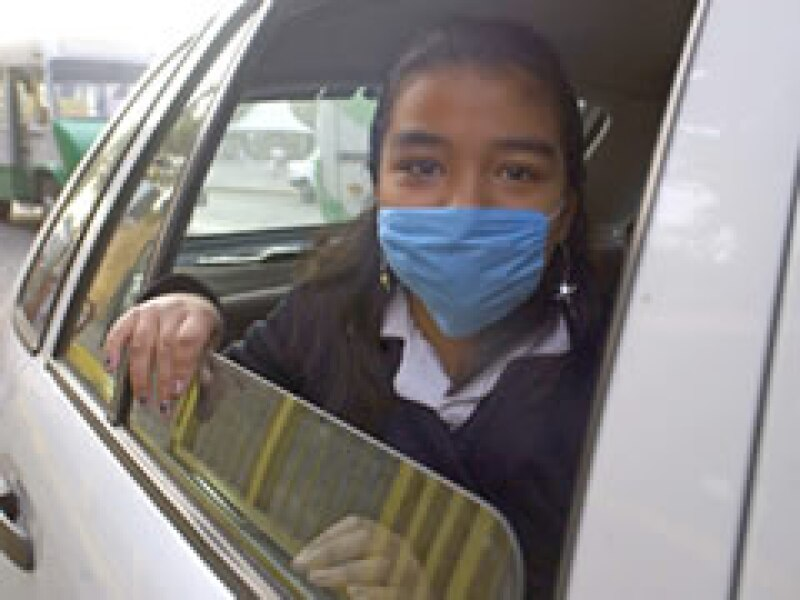 La población en la Ciudad de México ha recurrido al uso de cubrebocas para evitar el contagio de la enfermedad. (Foto: Notimex)