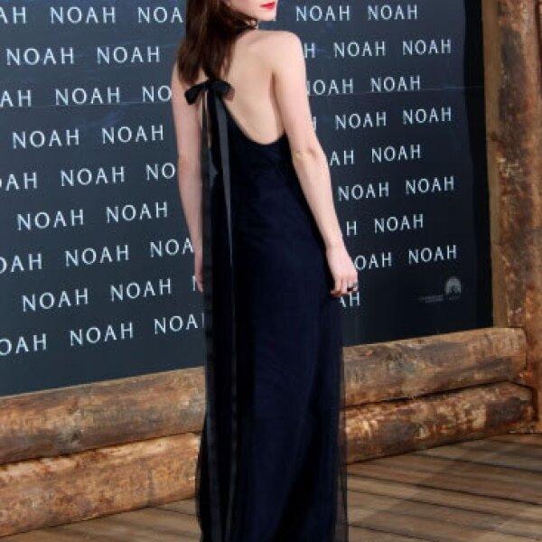 Emma hizo su entrada a la premiere de Noah en Alemania luciendo un encantador vestido azul marino con negro en chiffon de Wes Gordon.