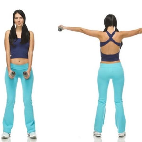 4. Con piernas semiflexionadas, toma las mancuernas con las palmas viéndose entre sí; eleva el peso hacia los lados con los brazos ligeramente flexionados