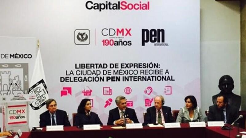 El jefe de gobierno del Distrito Federal Miguel Ángel Mancera (centro) dijo que propondrá mecanismos para proteger a periodistas