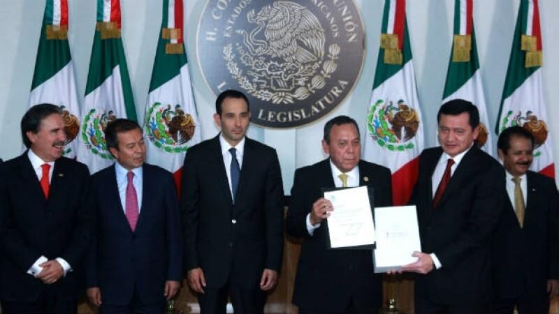 El secretario de Gobernación (segundo, de der. a izq.) entrega el documento que contiene el Tercer Informe de Gobierno.
