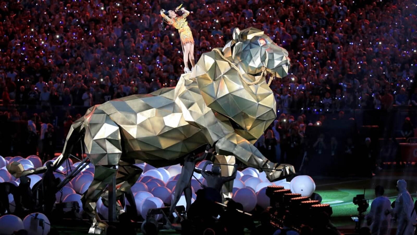 Un león dorado gigante trasladó a Katy Perry mientras interpretaba su éxito ?Roar? al inicio del medio tiempo
