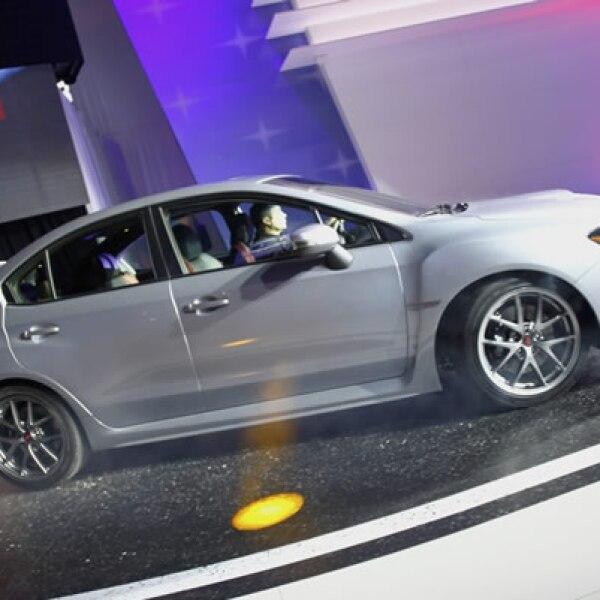 El vehículo Subaru es conducido a la pista de exhibición del Auto Show de Detroit.