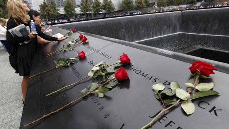 Familiares leyeron, uno a uno, los nombres de las 2,794 personas que murieron en el ataque, incluidos trabajadores, policías, bomberos y visitantes.