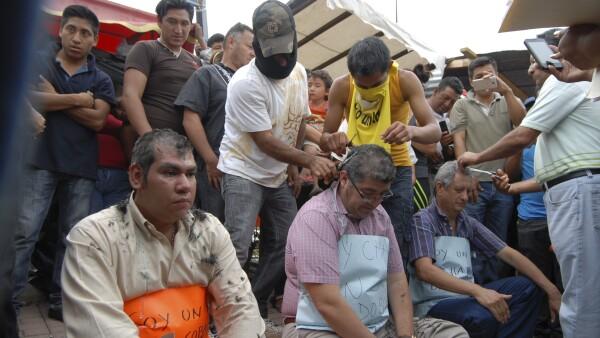El martes, supuestos simpatizantes de la CNTE raparon y descalzaron a seis directores por oponerse a su causa.