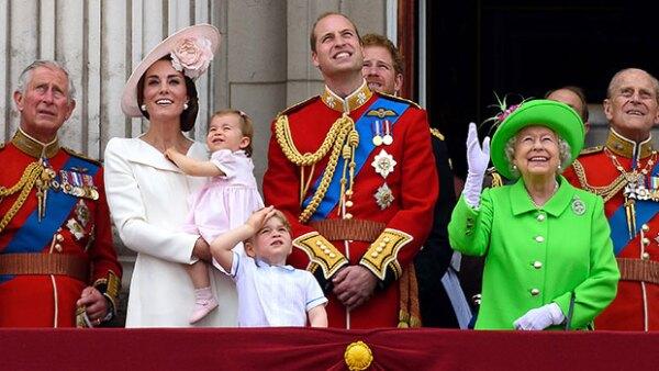 La hermanita menor del príncipe George sorprendió al aparecer en los brazos de su mamá, Kate Middleton, durante el festejo &#39Trooping the Colour&#39.