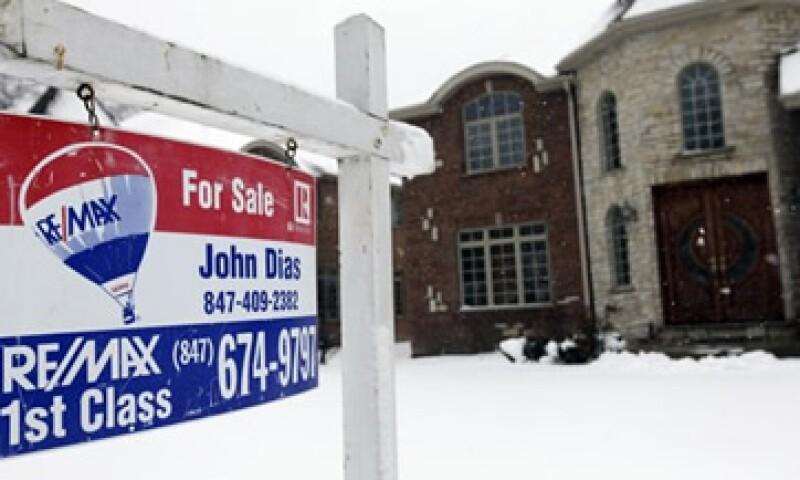 Un alza en los precios de las viviendas sugiere una recuperación en las ventas de viviendas en EU. (Foto: AP)