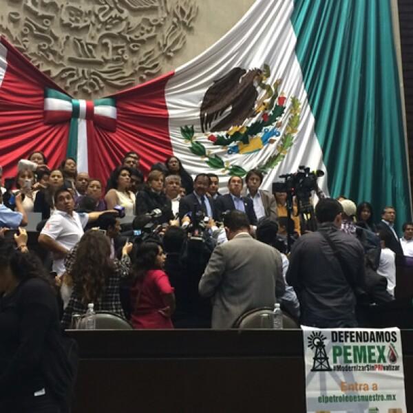 Diputados de la izquierda tomaron este martes la tribuna de San Lázaro en contra de la reforma energética aprobada en la víspera por el Senado.
