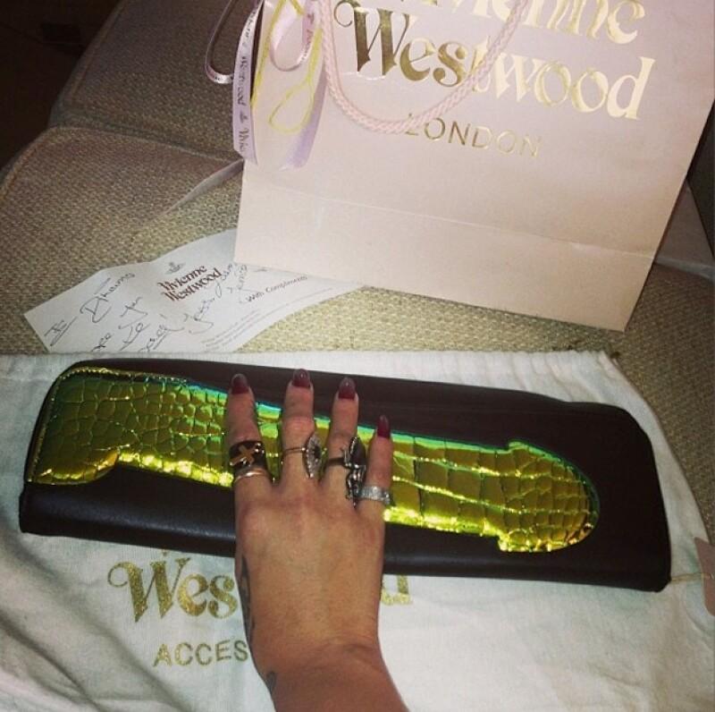 Rihanna presumió su bolso a través de Instagram.