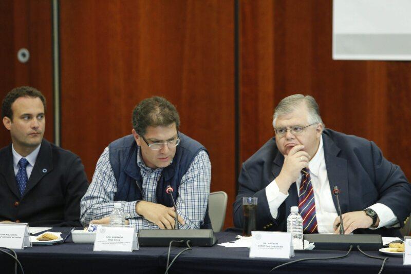 El gobernador del Banco central (derecha) destacó ante senadores las acciones de Hacienda para hacerle frente a la volatilidad financiera internacional.