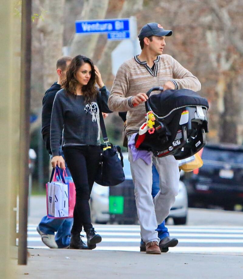 La pareja se dejó ver con su bebé el domingo en Los Ángeles durante un paseo en el que la actriz fue captada en su mejor momento, guapa y totalmente recuperada.