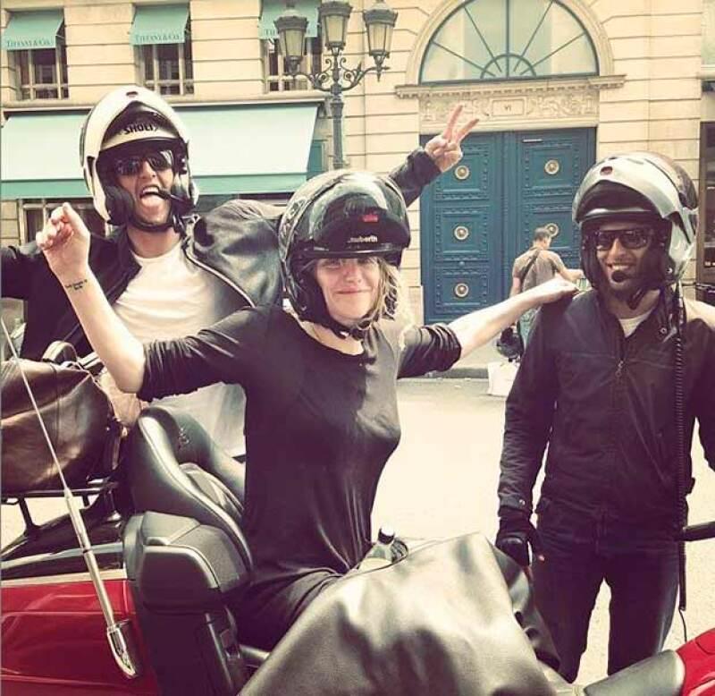 La cantante fue auxiliada por motociclistas, sin embargom fueron perseguidos por manifestantes con piedras.