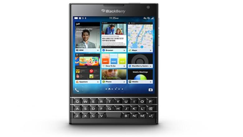 Cuenta con una gran pantalla cuadrada, además de teclado.