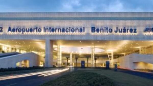 Dos policías federales murieron este lunes durante una balacera en la terminal 2 del Aeropuerto Internacional de la Ciudad de México (AICM).