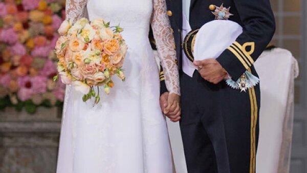 Al terminar la ceremonia religiosa, los novios salieron de la capilla de Palacio Real de Estocolmo al ritmo de `Joyful, joyful´, mientras sus invitados bailaban y aplaudían.