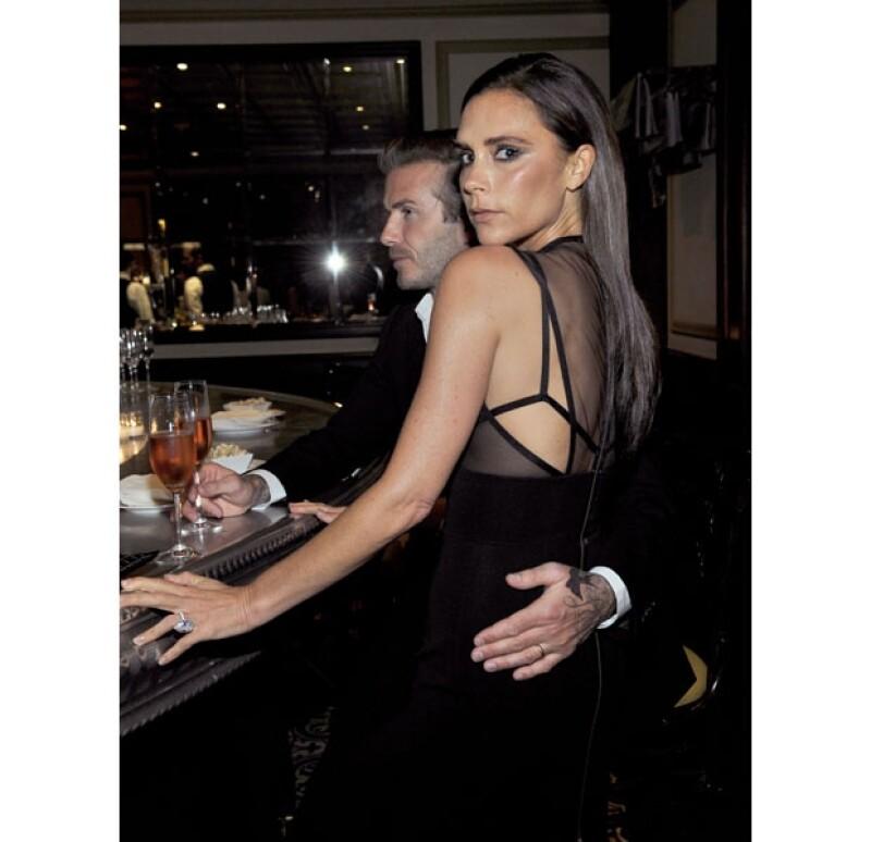 La pareja asistió a una cena de gala en Hollywood en la que ambos lucieron sus mejores looks. Una cámara fue testigo de la forma en que Beckham rodeaba por la cintura a su radiante esposa.