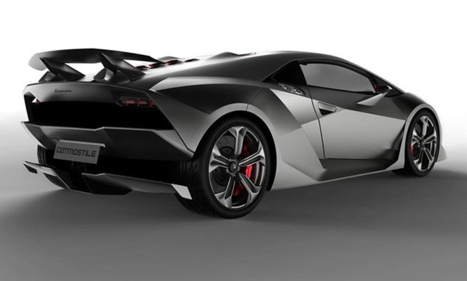 El uso de carbono en el vehículo es masivo. Dentro del chasis monocasco, rines, elementos de la suspensión y en los paneles exteriores se emplea plástico reforzado con el mismo material.