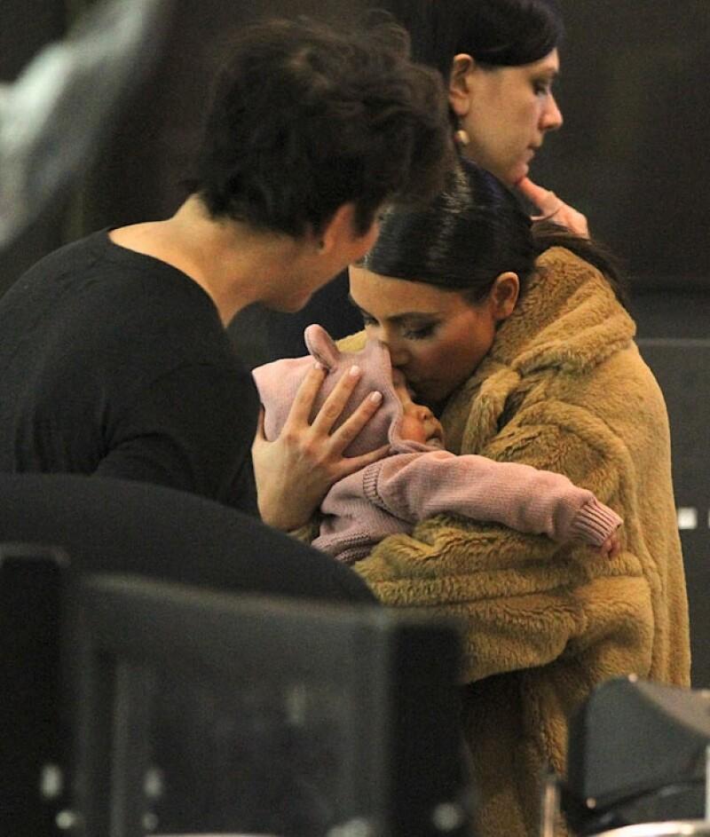 """La estrella de televisión fue vista en compañía de su bebé y de Kris Jenner en el aeropuerto de Nueva York. El trío viajó a Viena donde Kim fue contratada para ir en un """"date"""" con un millonario."""