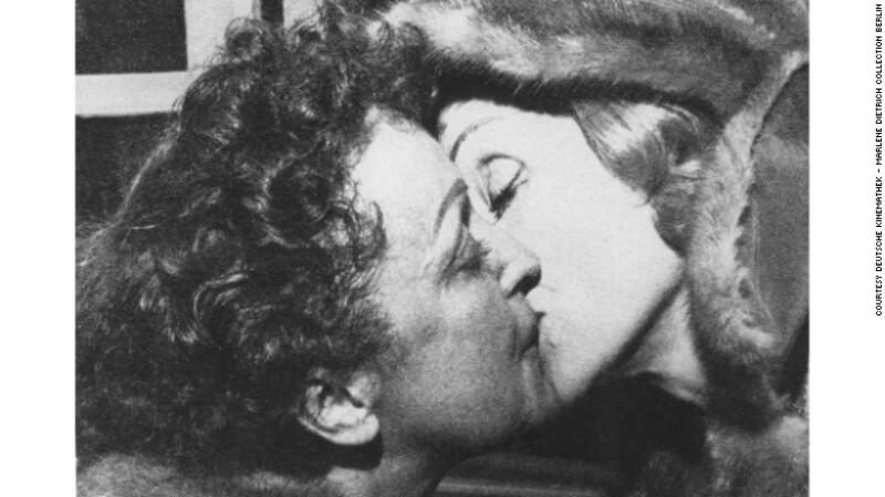 Marlene Dietrich besando a Edith Piaf