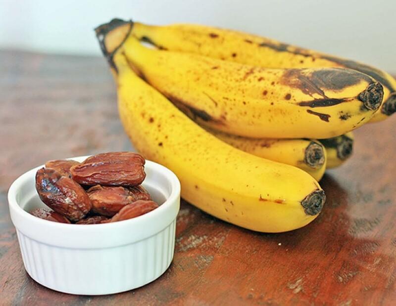 Come plátano y nueces para obtener biotina.