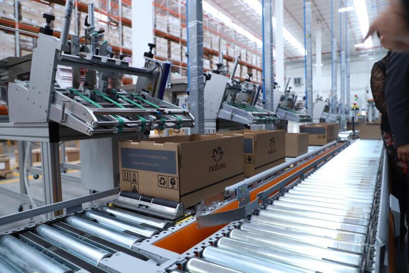 Las instalaciones tienen tecnología picking by light y el sistema de gestión de inventario Wamas.