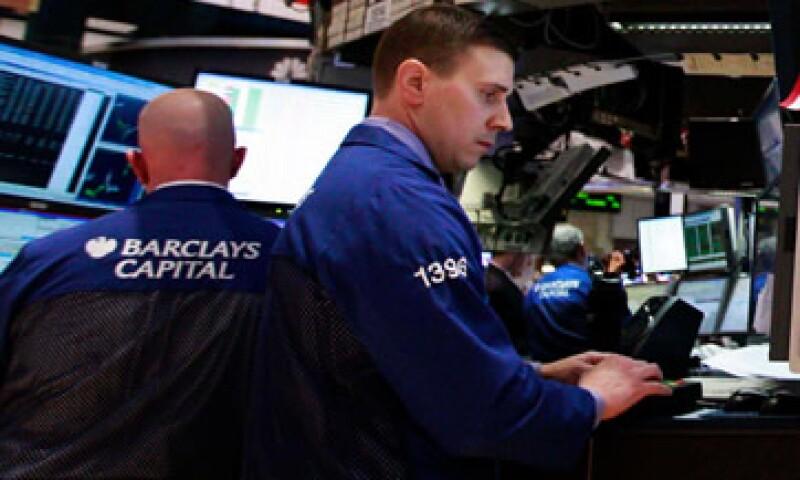 Las acciones estadounidenses iniciaron la semana a la baja, en línea con otros mercados como la Bolsa mexicana, que también registró pérdidas. (Foto: Reuters)