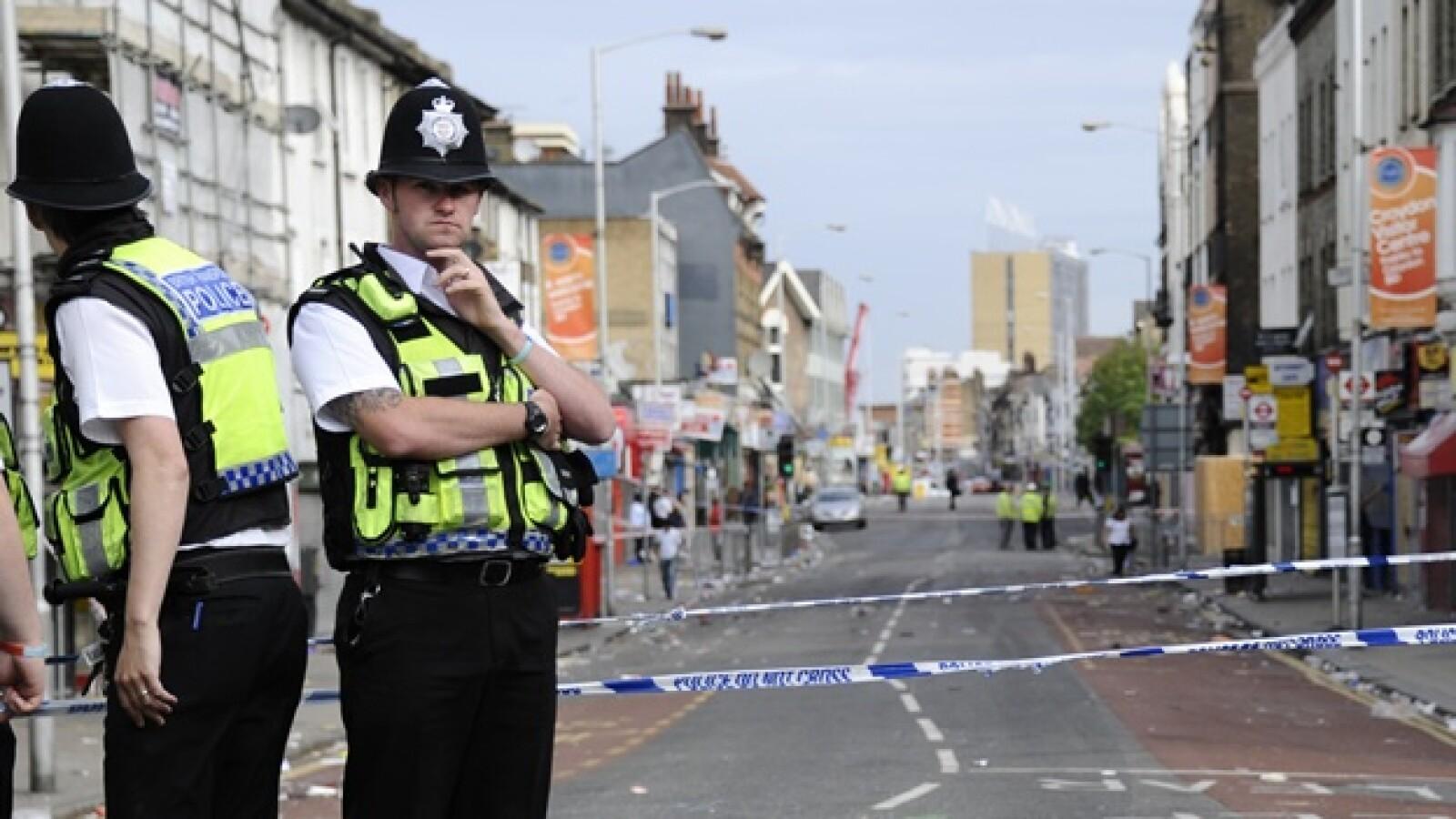 policias vigilan una calle en Croydon
