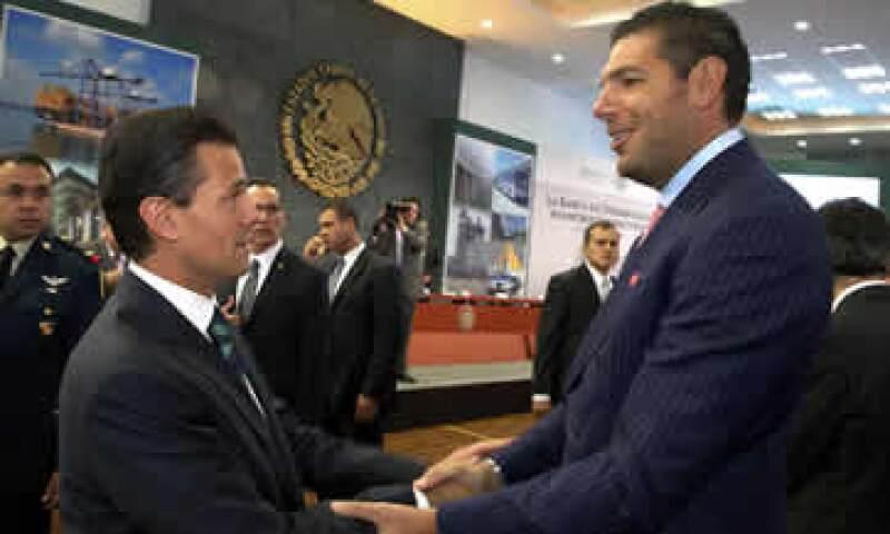 El presidente Enrique Peña Nieto y Carlos Hank González en un acto en Los Pinos de 2013. (Foto: Cuartoscuro)