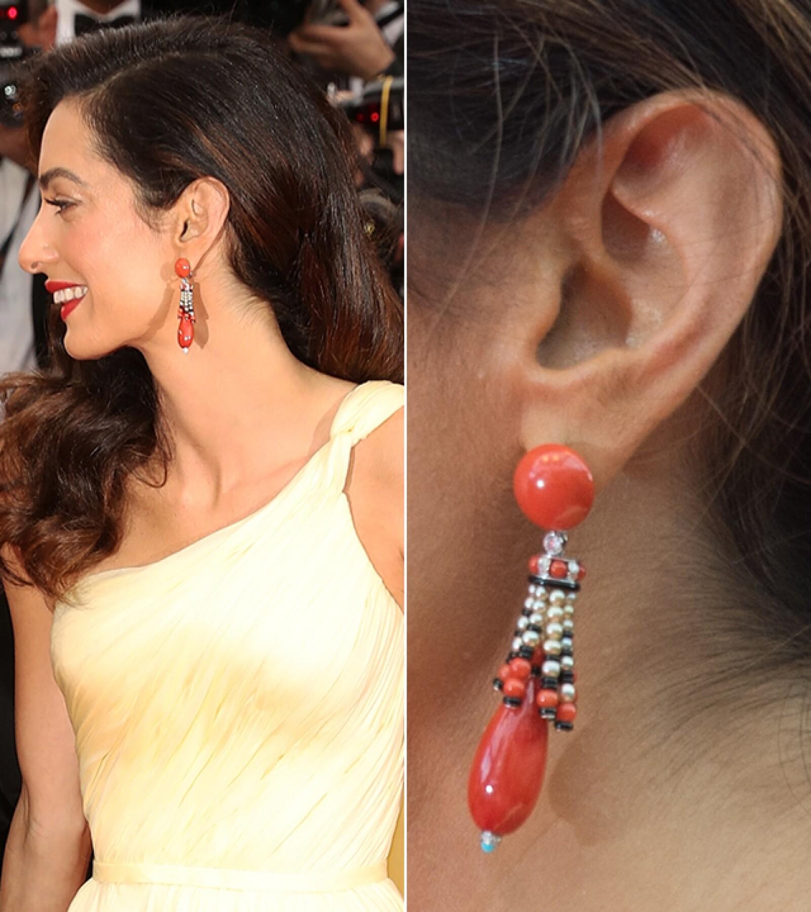 Amal Clooney llegó a la premiere de `Money Monster´con los aretes `Etourdissant´ hechos de coral, perla, diamantes y onyx de Cartier.