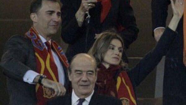 La príncesa Letiza junto a su esposo el príncipe Felipe dándole ánimos al equipo español.