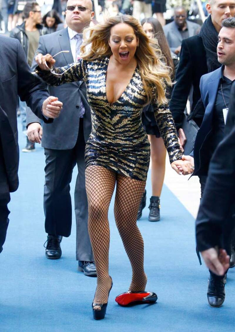 Mientras iba caminando, Mariah no pudo evitar tropezarse con sus tacones de plataforma Louboutin.