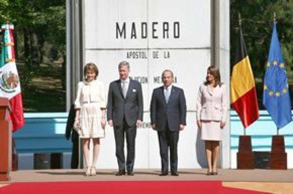 Calderón y Margarita Zavala dieron la bienvenida a los príncipes de Bélgica en la explanada Francisco I. Madero, donde se llevó a cabo la ceremonia oficial.