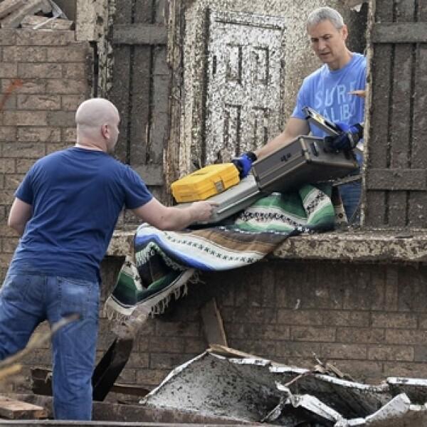 persnoas rescatan sus pertenencias tras el tornado
