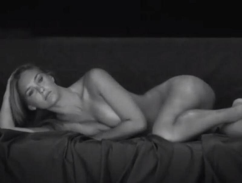 La sexy Israelí compartió el video de una sesión de fotos en la que la vemos lucir sus perfectas medidas perfectas al natural.