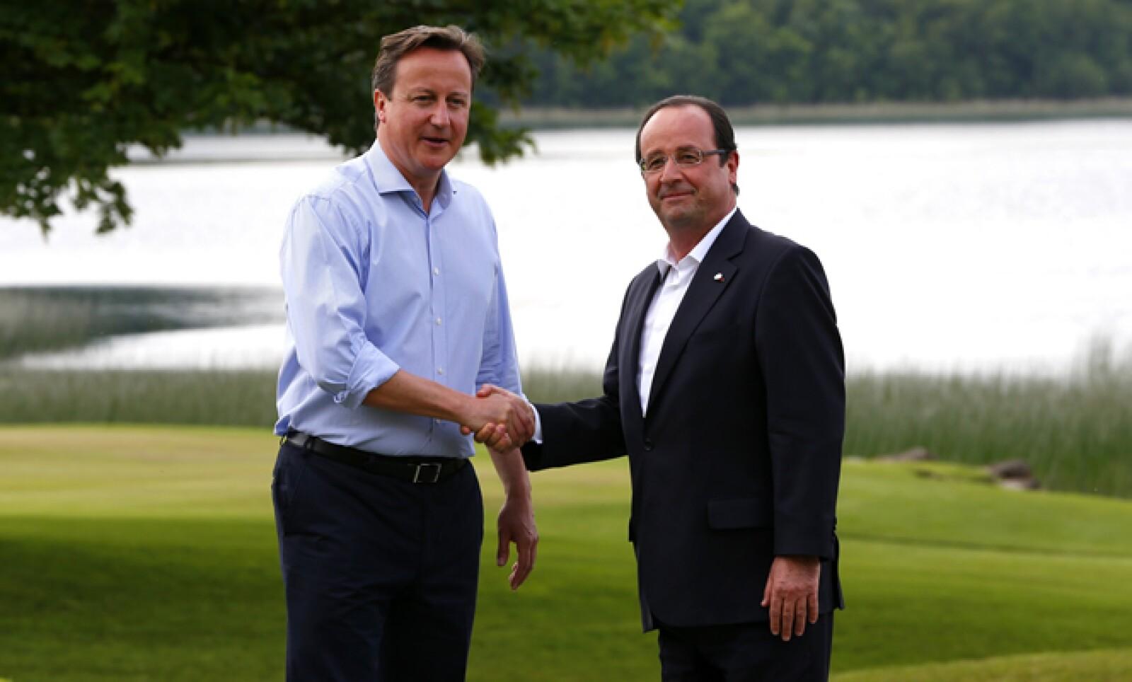 David Cameron recibe al presidente francés, Francois Hollande –der-, quien fue uno de los más críticos con Vladimir Putin al cuestionar que se le permita entregar armas al presidente de Siria.