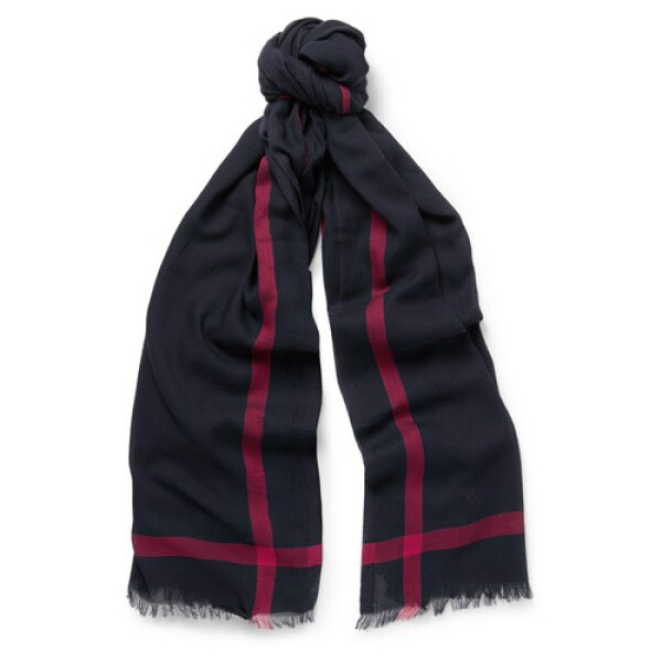 Lo obvio, una bufanda no te puede faltar. Te recomendamos alejarte del modelo típico que parece que fue hecho por tu abuelita. Aunque no tiene nada de malo te verás más moderno si pruebas algo dife...