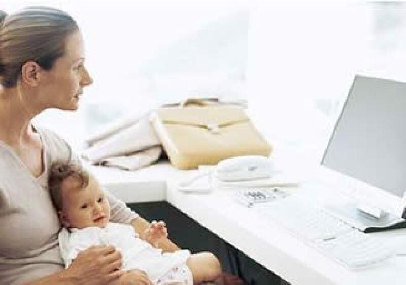 Los trabajos de medio tiempo pueden ser una buena opción para que las madres de familia no abandonen las empresas. (Jupiter Images)