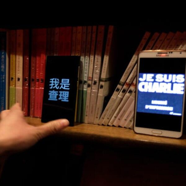 Usaron sus smartphones para colocar la frase Jesus Charlie.