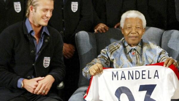 David Beckham, como capitán de la selección de futbol inglesa, le entregó su playera oficial a Nelson Mandela en 2003.