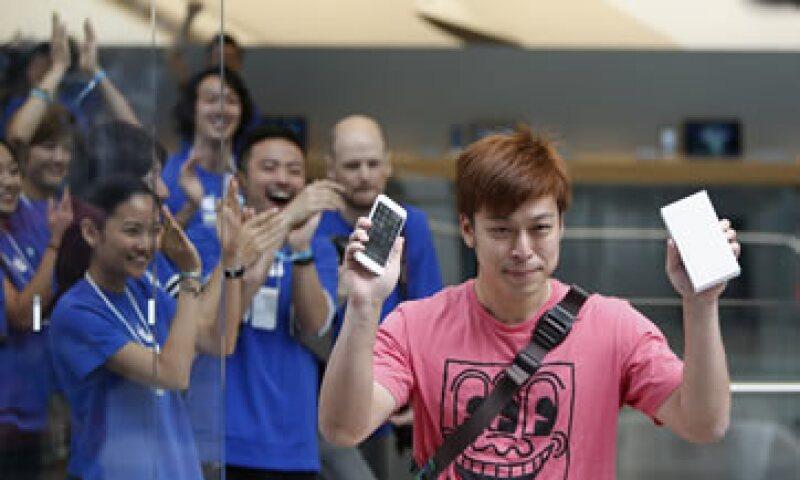 Uno de los clientes presume su nuevo iPhone 6. (Foto: Reuters)