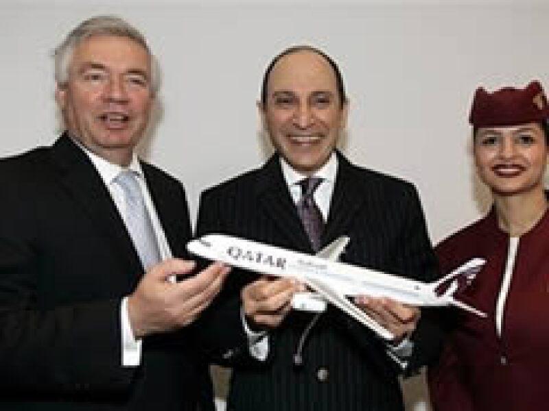 El presidente de Qatar Airways, Akbar Al Baker (centro), posa junto al CEO de Airbus, John Leahy (izquierda) tras cerrar el pedido de una nueva flota para la aerolínea. (Foto: AP)