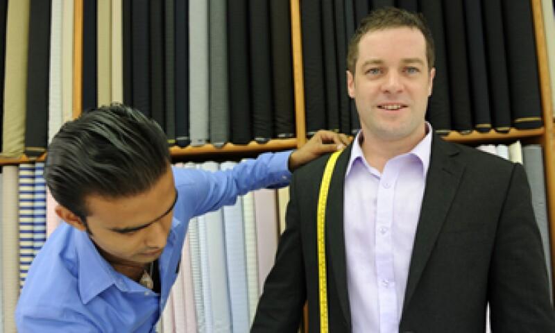 Un hombre con traje atrae a las mujeres, pero debe quedarle como mandado a hacer. (Foto: Getty Images)