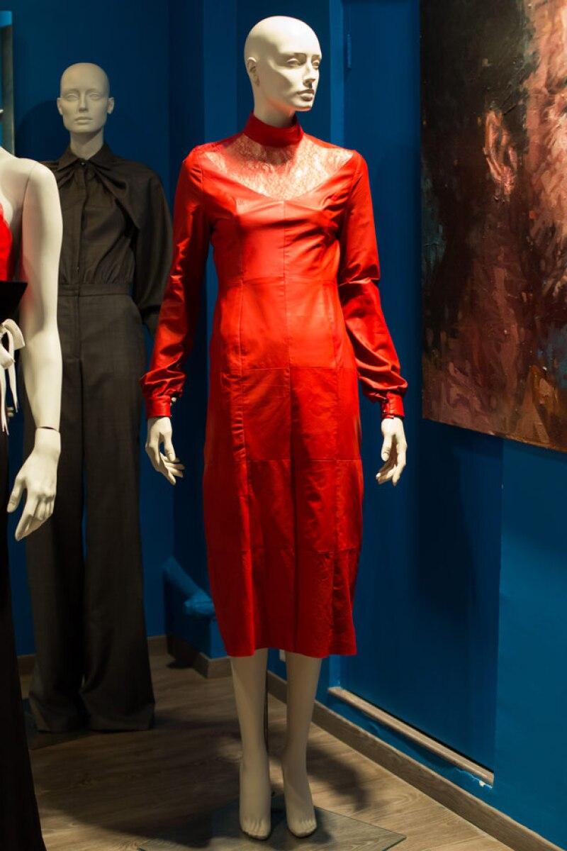 Vestido de cuero rojo con encaje.
