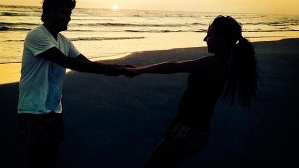 La conductora compartió a través de Instagram una fotografía en donde la vemos paseando por la orilla del mar, al lado de su prometido Victor Manuel, teniendo como fondo la puesta de sol.