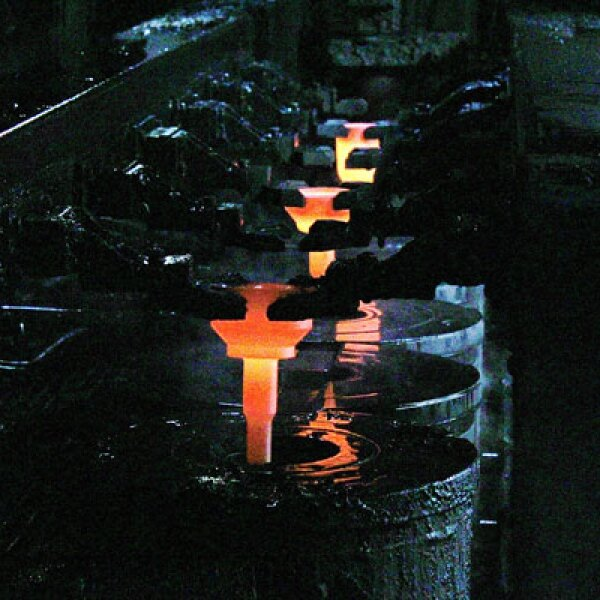 En la planta de maquinados el acero se corta, calienta y prensa para formar los componentes de la flecha.