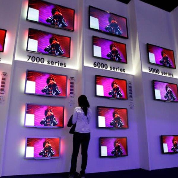 Una asistente aprecia el catálogo de televisores que presentó la marca LG.